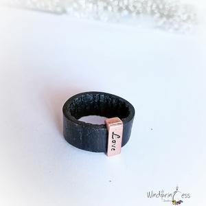 Bőr gyűrű réz dísszel, Kerek gyűrű, Gyűrű, Ékszer, Ékszerkészítés, A bőr gyűrű kollekció egyik  darabja, felül szögletes fém dísszel Love felirattal.\nMérete 55-56...., Meska