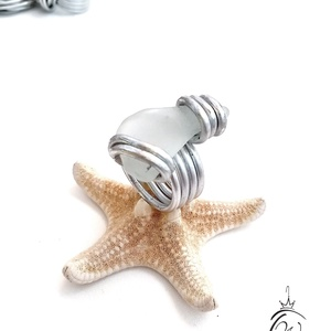 Statement gyűrük , sea glass( tengeri üveg), Ékszer, Gyűrű, Ékszerkészítés, Mutatós, óriás gyűrű 2,5  mm-es alu drótból, többszörösen körbetekerve , szabad forma.\nJelen gyűrűné..., Meska