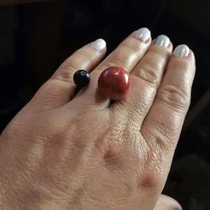 Gyűrű, kaucsuk, korall, onix, Ékszer, Gyűrű, Szoliter gyűrű, Ékszerkészítés, Különleges fazonú nyitott gyűrű , fekete kaucsukkal, korallal és onix kővel.\nMérete igény szerint.\nA..., Meska