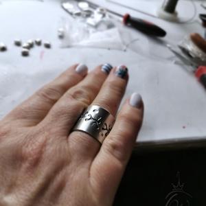 Statement gyűrük , alumínium, mintás, Kerek gyűrű, Gyűrű, Ékszer, Ékszerkészítés, Mutatós, óriás gyűrű 1 mmvastagságú alu lapból, beütött freeform virág mintával.\nMérete 57-es ( ezek..., Meska