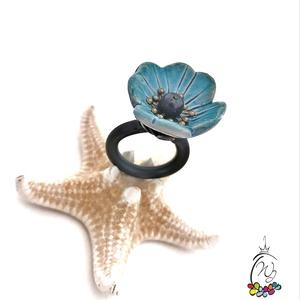 Statement gyűrük , nefelejcskék , Ékszer, Gyűrű, Statement gyűrű, Ékszerkészítés, Mutatós, óriás gyűrű  színes kerámia virággal,gyöngyökkel, kaucsuk sínnel.\nMérete 56-os.\nMérete miat..., Meska