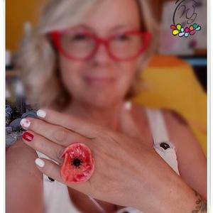 Statement gyűrük , kerámia virág , pipacs, Ékszer, Gyűrű, Statement gyűrű, Ékszerkészítés, Mutatós, óriás gyűrű  színes kerámia virággal,gyöngyökkel, kaucsuk sínnel.\nMérete 56-os.( 18,5 mm be..., Meska