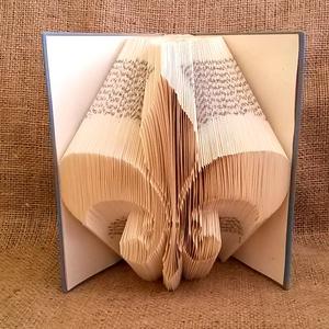 Fleur de lis mintájú hajtogatott könyv origami - könyv szeretőknek - dekor - kiegészítő - E130, Dekoráció, Otthon & lakás, Dísz, Lakberendezés, Papírművészet, Hajtogatott könyv vagy más néven könyv origami. \n\n****ALAP INFORMÁCIÓK****\nA hajtogatott könyv ideál..., Meska