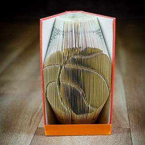 Kosárlabda formájú könyvszobor - Újrahasznosított-sport - streetball - E252, Otthon & lakás, Karácsony, Dekoráció, Képzőművészet, Lakberendezés, Ünnepi dekoráció, Hajtogatott könyv vagy más néven könyv origami.   ****ALAP INFORMÁCIÓK**** A hajtogatott könyv ideál..., Meska