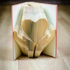 Keresztelőre ajándék lánynak, Szív mintájú hajtogatott könyv origami, Első áldozásra fiúnak, Tanárnak, Óvónőnek, E367 , Otthon & Lakás, Könyvszobor, Dekoráció, Hajtogatott könyv vagy más néven könyv origami.   ****ALAP INFORMÁCIÓK**** A hajtogatott könyv ideál..., Meska