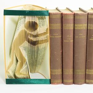 Jobbra toló ember formájú könyvszobor - könyvtámasz - dísz - E238, Otthon & lakás, Karácsony, Dekoráció, Képzőművészet, Lakberendezés, Ünnepi dekoráció, Hajtogatott könyv vagy más néven könyv origami.   ****ALAP INFORMÁCIÓK**** A hajtogatott könyv ideál..., Meska