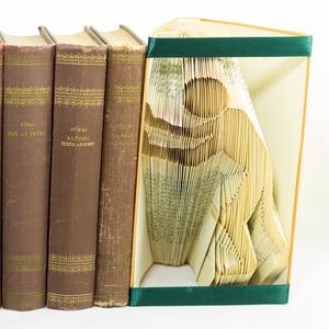 Balra toló ember formájú könyvszobor - könyvtámasz - dísz - E239, Otthon & lakás, Karácsony, Dekoráció, Képzőművészet, Lakberendezés, Ünnepi dekoráció, Hajtogatott könyv vagy más néven könyv origami.   ****ALAP INFORMÁCIÓK**** A hajtogatott könyv ideál..., Meska