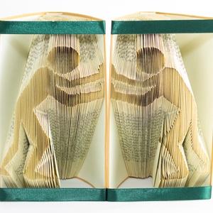 Balra-Jobbra toló ember formájú könyvszobrok, könyvtámasz, lakás dekoráció, lakásdísz, könyvmolynak versek, E238-239, Dekoráció, Otthon & lakás, Lakberendezés, Karácsony, Ünnepi dekoráció, Szerelmeseknek, Asztaldísz, Papírművészet, Újrahasznosított alapanyagból készült termékek, Hajtogatott könyv vagy más néven könyv origami. \n\n****ALAP INFORMÁCIÓK****\nA hajtogatott könyv ideál..., Meska