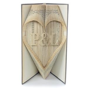 Prémium Nászajándék könyvszobor egyedi felirattal, Monogram, Kreatív Esküvőre, Lakodalomba, E903, Nászajándék, Emlék & Ajándék, Esküvő, Papírművészet, Újrahasznosított alapanyagból készült termékek, Hajtogatott könyv vagy más néven könyv origami. \n\n****ALAP INFORMÁCIÓK****\nA hajtogatott könyv ideál..., Meska