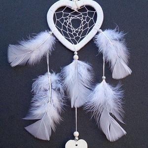 Szívecskés  álomfogó, Otthon & Lakás, Dekoráció, Álomfogó, Csomózás, Gyöngyfűzés, gyöngyhímzés, Fehér színben készült ,szív alakú álomfogó.\nA szív mérete 10 cm átmérőjű karikának felel meg.\nA madá..., Meska