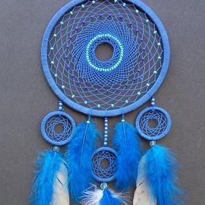Kék álomfogó gyöngyökkel, Álomfogó, Dekoráció, Otthon & Lakás, Gyöngyfűzés, gyöngyhímzés, Csomózás, Közepes méretű álomfogó, melyben a kék szín dominál!\nA termék magassága akasztó nélkül 35 cm.\nA nagy..., Meska
