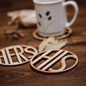 HERS és HIS mintájú páros lézervágott fa poháralátét - pároknak - kávénak - teának - A003, Dekoráció, Otthon & lakás, Konyhafelszerelés, Edényalátét, Egyéb, Gravírozás, pirográfia, A szett 1 db HERS és 1 db HIS mintájú poháralátétet tartalmaz.\nA feltüntetett ár a szettre értendő.\n..., Meska