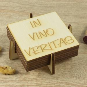 In Vino Veritas lézervágott fa poháralátét szett - Szakácsnak  - Sörnek - Bornak - Idézet - Konyhába - Apának - Esküvőre, Férfiaknak, Konyhafőnök kellékei, Legénylakás, Sör, bor, pálinka, Gravírozás, pirográfia, Prémium minőségű 6 darabos alátét szett In Vino Veritas felirattal.\n\nHiszen te is tudod: Borban az i..., Meska