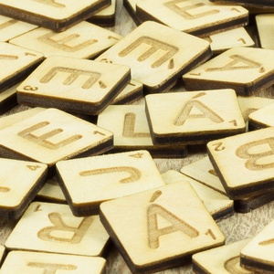 1 db Scrabble betű, betű ajándék, faldekoráció, lézervágott, társasjáték, gravírozott nászajándék, Esküvő, Esküvői dekoráció, Gyerek & játék, Játék, Társasjáték, Gravírozás, pirográfia, Nyírfából készült SCRABBLE betű.\nTöbb darab rendelésekor kérlek írd meg a választott betűk listáját...., Meska