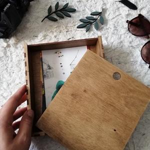 Csúsztatós tetejű doboz, Otthon & lakás, Esküvő, Lakberendezés, Famegmunkálás, Fényképeket, kincseket, emlékeket, ékszereket rejthetsz a dobozba.\n\nMéretei: 17,5*15,5*4 cm\nAnyaga b..., Meska