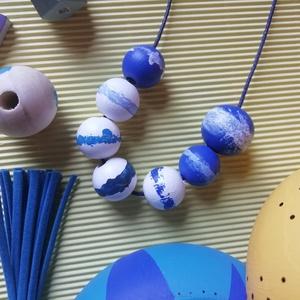 Kézzel készített kék festett fa nyaklánc, Ékszer, Nyaklánc, Gyöngyös nyaklác, Ékszerkészítés, Festett tárgyak, Kézzel készült a kék színeiben fehér kiegészítésekkel ez a fa nyaklánc ezüst delfinkapoccsal. A hoss..., Meska
