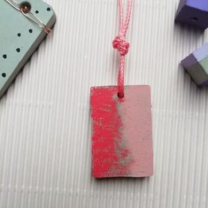 Rózsaszín téglalap beton nyaklánc, Ékszer, Nyaklánc, Medálos nyaklánc, Ékszerkészítés, Festett tárgyak, Kézzel készült pirosas rózsaszín árnyalatban ez az ékszerbeton nyaklánc ezüst kapoccsal. Hétköznapi ..., Meska