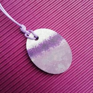 Lila ovális beton nyaklánc , Ékszer, Nyaklánc, Medálos nyaklánc, Festett tárgyak, Ékszerkészítés, Lila viaszolt 55cm hosszú zsinór tartja ezt a lila átmenetes ovális betonékszer medált. Mérete 4x3cm..., Meska