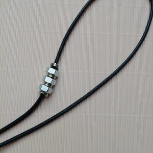 Ezüst színű statement nyaklánc , Ékszer, Nyaklánc, Statement nyaklánc, Ékszerkészítés, Ezüst színű nyaklánc 60cm hosszú sötétkék vastag zsinórral és ezüst színű szerszámokkal. \nAz ár tart..., Meska