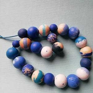 Kézzel készített hosszú kék mintás festett fa nyaklánc, Ékszer, Nyaklánc, Bogyós nyaklánc, Ékszerkészítés, Festett tárgyak, Kézzel készült a kék színeiben fehér kiegészítésekkel ez a fa nyaklánc. \nA lánc 60cm hosszú. A gyöng..., Meska