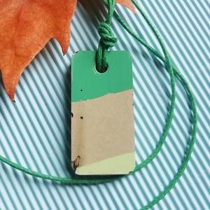 Zöld csíkos beton téglalap medál nyaklánc, Ékszer, Nyaklánc, Medálos nyaklánc, Festett tárgyak, A szürkészöld téglalap alakú betonba elrejtett fa teszi különlegessé ezt a kézzel készített egyedi é..., Meska