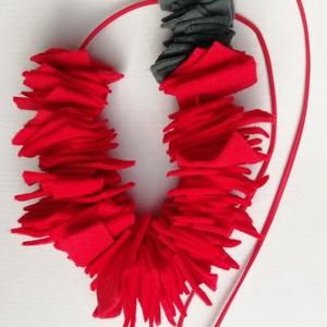Piros statement filc nyaklánc , Ékszer, Nyaklánc, Statement nyaklánc, Ékszerkészítés, Piros és szürke filc nyaklánc 60cm hosszú piros ekobőr zsinórral és ezüst színű szerelékkel, mely te..., Meska