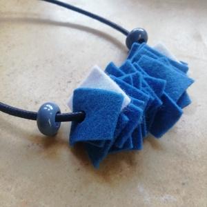 Kék filc nyaklánc , Ékszer, Nyaklánc, Statement nyaklánc, Ékszerkészítés, Színes kézzel készített filc nyaklánc kék és fehér színben és két kékes szürke gyönggyel a végén. \nA..., Meska