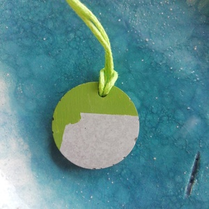 Zöld kör alakú beton nyaklánc , Ékszer, Nyaklánc, Medálos nyaklánc, Festett tárgyak, Ékszerkészítés, A betonból készült zöld mintázatú nyaklánc világoszöld zsinóron kombinálható sokféle színnel. Beton ..., Meska