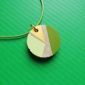 Zöld és arany kör alakú beton nyaklánc , Ékszer, Nyaklánc, Medálos nyaklánc, Festett tárgyak, Ékszerkészítés, A betonból készült zöld és arany mintázatú nyaklánc világoszöld zsinóron kombinálható sokféle színne..., Meska