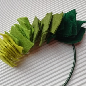 Zöld filc nyaklánc , Ékszer, Nyaklánc, Statement nyaklánc, Ékszerkészítés, Zöld filc nyaklánc sötétzöld marhabőr zsinóron. \nKézzel készült. \nA filcek mérete különböző négyzeta..., Meska