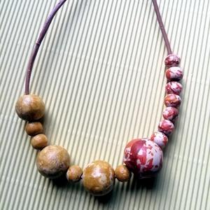 Narancssárga-barna fa bogyós nyaklánc , Ékszer, Nyaklánc, Bogyós nyaklánc, Festett tárgyak, Ékszerkészítés, A bézs nyakláncon 0.8-2cm átmérőjű fagyöngyök függnek arany delfinkapoccsal. Kézzel készített. \nHoss..., Meska