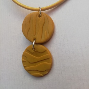 Mustársárga gyurma nyaklánc, Ékszer, Nyaklánc, Medálos nyaklánc, Ékszerkészítés, Mustársárga színű süthető gyurmából készült nyaklánc sárga vastag bőr zsinórral. \nA medálok átmérője..., Meska