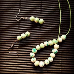 Zöld színű apró bogyós nyaklánc és fülbevaló szett, Ékszer, Ékszerszett, Festett tárgyak, Ékszerkészítés, A zöld viaszolt nyakláncon 0.8cm átmérőjű zöld színű fagyöngyök függnek ezüst delfinkapoccsal.Kézzel..., Meska