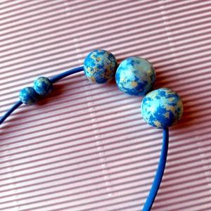 Kék kézzel festett fagyöngy nyaklánc , Ékszer, Nyaklánc, Bogyós nyaklánc, Festett tárgyak, Ékszerkészítés, Vastag lila zsinóron vannak a terepmintás és festett golyók felfűzve ezüst színű szerelékkel. \nGolyó..., Meska
