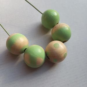 Halvány almazöld színű festett fagyöngy nyaklánc , Ékszer, Nyaklánc, Bogyós nyaklánc, Ékszerkészítés, Festett tárgyak, Viaszolt zöld zsinóron 5 világoszöld színű golyó van felfűzve ezüst színű szerelékkel. Kézzel festet..., Meska