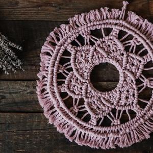Nagy makramé falidísz 》Virágos mandala 》Pasztell rózsaszín, Esküvő, Esküvői dekoráció, Otthon & lakás, Dekoráció, Lakberendezés, Csomózás, Újrahasznosított alapanyagból készült termékek, Anyag: 100%-ban újrahasznosított pasztell rózsaszínű pamut fonal és két db fém karika felhasználásáv..., Meska