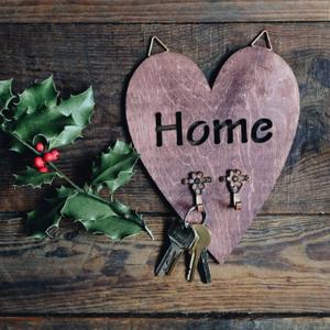 Fali kulcstartó 》Szív alakú falidísz 》Home 》Rusztikus fali dekor, Otthon & lakás, Dekoráció, Lakberendezés, Tárolóeszköz, Dísz, Falikép, Festett tárgyak, Ez a szív alakú, kivágott \'Home\' felirattal és két virágos akasztóval díszített rusztikus fali kulcs..., Meska