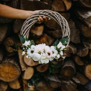 Virágos koszorú 》Ajtódísz 》 Falidísz 》Kopogtató, Ajtódísz & Kopogtató, Dekoráció, Otthon & Lakás, Virágkötés, 30 cm átmérőjű virágos, romantikus koszorú. Ajtódísznek, vagy falidísznek egyaránt tökéletes. A term..., Meska