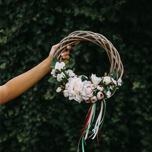 Virágos koszorú 》Ajtódísz 》 Falidísz 》Kopogtató 》 Koszorú 》 Esküvői dekoráció, Esküvő, Esküvői dekoráció, Otthon & lakás, Lakberendezés, Ajtódísz, kopogtató, Koszorú, Virágkötés, 30 cm átmérőjű virágos, bohó koszorú színes szalagokkal. Ajtódísznek, vagy falidísznek egyaránt töké..., Meska