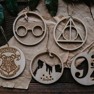 5 db Harry Potter dísz 》HP Dísz 》Gravírozzott Natúr gyerekszoba dekoráció, Otthon & Lakás, Dekoráció, Függődísz, Famegmunkálás, 5 darab egyedi tervezésű fából készült gyerekszoba dísz, melyet a Harry Potter könyvek ihlettek. A d..., Meska