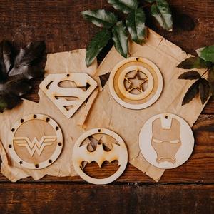 5 db Szuperhős Gyerekszoba dekoráció 》Batman  》Superman 》Amerika Kapitány 》Vasember 》Wonder Woman, Otthon & Lakás, Dekoráció, Famegmunkálás, 5 darab egyedi tervezésű fából készült gyerekszoba dísz, melyet a DC és Marvel világából jól ismert ..., Meska