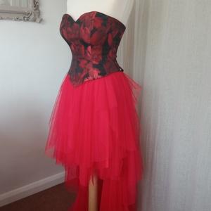 Scarlett ruha, Esküvő, Ruha, Menyecske ruha, Varrás, A Scarlett ruha kétrészes. Szoknya és corset.\nA szoknyát piros puha tüllböl készítettem. Elöl 50 cm,..., Meska