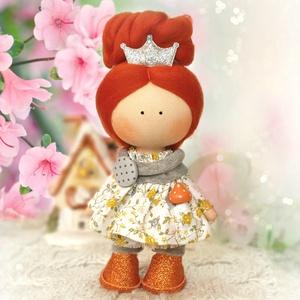 Zsófi baba, Otthon & lakás, Dekoráció, Lakberendezés, Baba-és bábkészítés, Varrás, 20 cm magas dekorációs baba sapkában, tavaszias ruhában.\nÖnállóan tud állni.\nNagyszerű dísze lehet a..., Meska