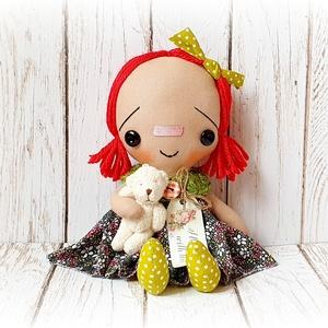 Raggedy Ann baba macival, Otthon & lakás, Dekoráció, Lakberendezés, Baba-és bábkészítés, Varrás, 24 cm magas dekorációs baba.\nNagyszerű dísze lehet a lakásnak.\nEgyéni szabásminta alapján készül min..., Meska