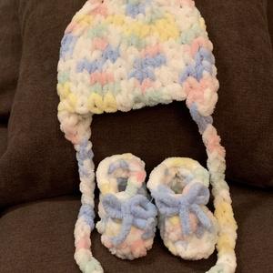 Vidám baba szett, Ruha & Divat, Babaruha & Gyerekruha, Babacipő, Horgolás, Ez az aranyos kis szett újszülött babáknak készült, körülbelül 0-3 hónaposoknak megfelelő méretű. Eg..., Meska