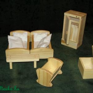 Babaszoba bútor készlet, Gyerek & játék, Játék, Fajáték, Baba játék, Famegmunkálás,  A készlet natúr fából kéészült, paraffinolajjal van kezelve az ágyakban az ágynemű különböző színű ..., Meska