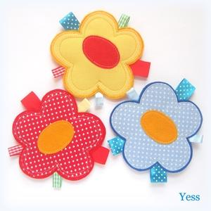 3 DB VIRÁG puha babajáték / baba játék szalagokkal, készségfejlesztő játék, Montessori játék piciknek, Gyerek & játék, Játék, Baba játék, Baba-mama kellék, Varrás, Patchwork, foltvarrás,  3 db színes és puha, virág alakú készségfejlesztő babajáték szalagokkal -- ideális ajándék babaláto..., Meska
