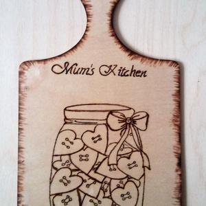 Mum\'s kitchen - vágódeszka formájú falidísz, Dekoráció, Otthon & lakás, Lakberendezés, Konyhafelszerelés, Gravírozás, pirográfia, Mum\'s kitchen felirattal és rajzolt motívummal díszített, kézi pirográf technikával égettem ezt a vá..., Meska