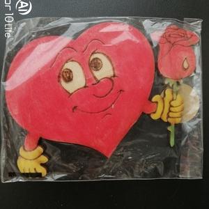 Szív rózsával hűtőmágnes, Otthon & Lakás, Konyhafelszerelés, Hűtőmágnes, Festett tárgyak, Famegmunkálás, Kézzel festett, lézervágott szív figura rózsával.\nMágnes csíkkal.\nMéret: 8x12cm\n\n, Meska