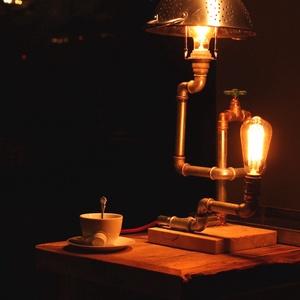 LABYRINTH egyedi industrial design vintage lámpa, Otthon & lakás, Lakberendezés, Lámpa, Asztali lámpa, Hangulatlámpa, Olvasólámpa, Fémmegmunkálás, Kőfaragás, Félcolos csövekből és sárgaréz könyökökből összeépített asztali lámpa, elzáró csappal, fém perforált..., Meska